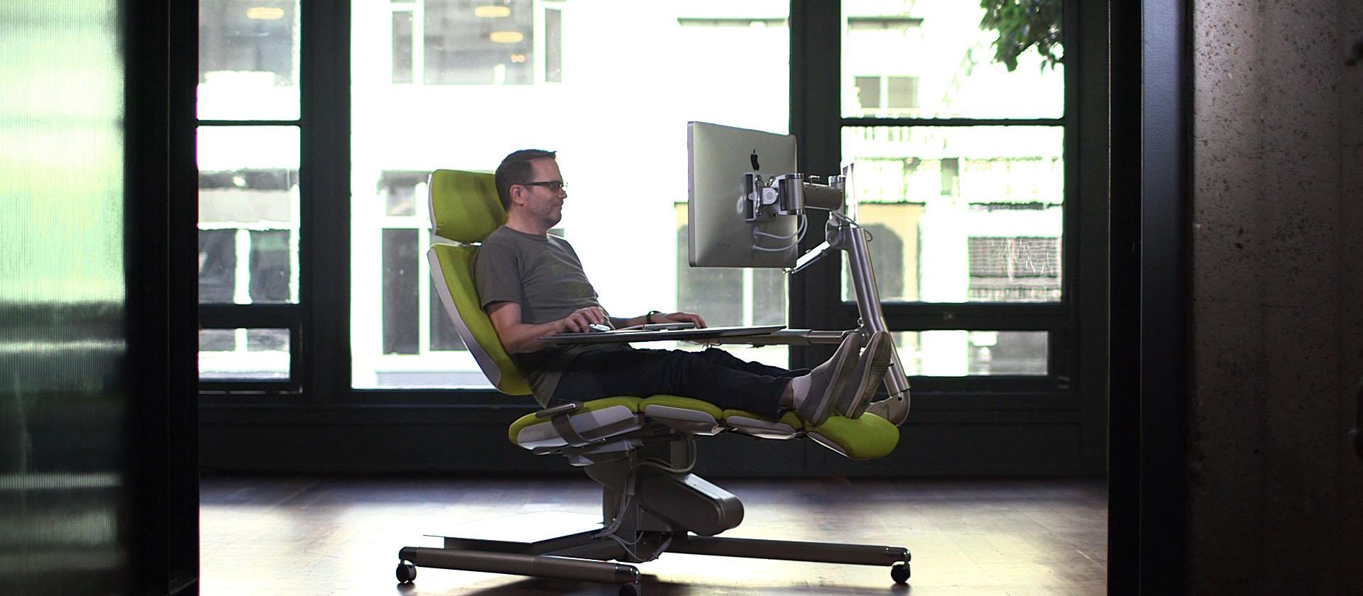 Altwork Station te permet de travailler assis ou allongé afin d'être confortablement installé tout en restant productif
