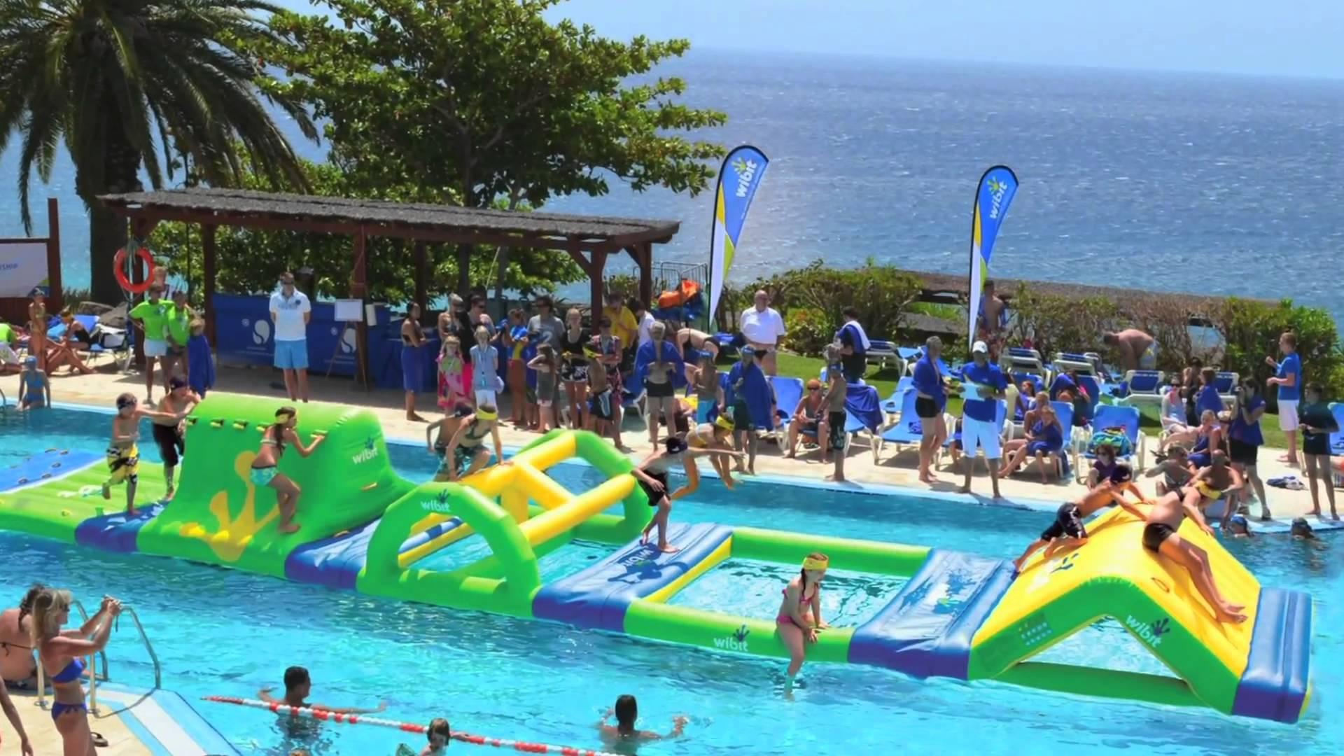 Parcours gonflable sur piscine